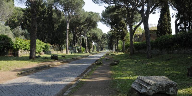 Tratto della Via Appia Antica tra il terzo e il quarto miglio.