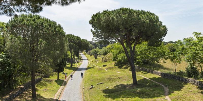 Tratto della Via Appia Antica vista dall'alto nei pressi dei Tumuli degli Orazi e dei Curiazi.