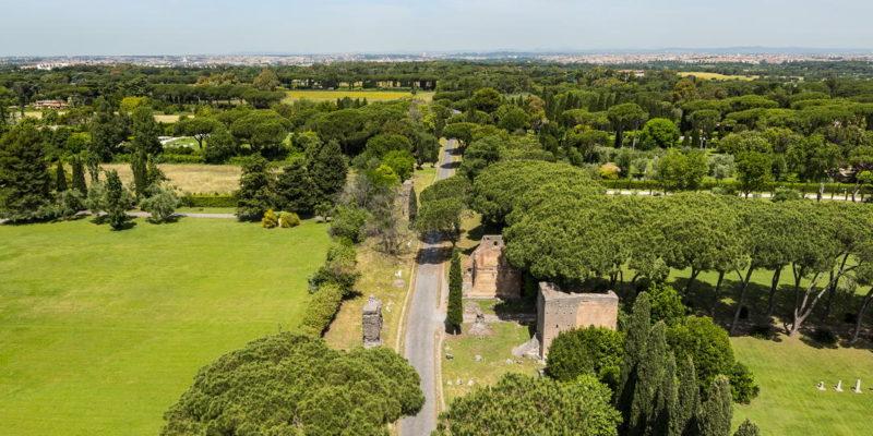 Tratto della Via Appia Antica vista dall'alto nei pressi di Santa Maria Nova.