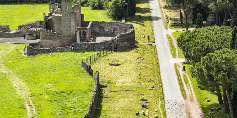 Tratto della Via Appia Antica all'altezza di Villa dei Quintili. A lato, il Grande Ninfeo.