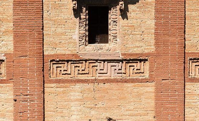Il Sepolcro di Annia Regilla nel Parco della Caffarella: dettaglio della decorazione in laterizio.