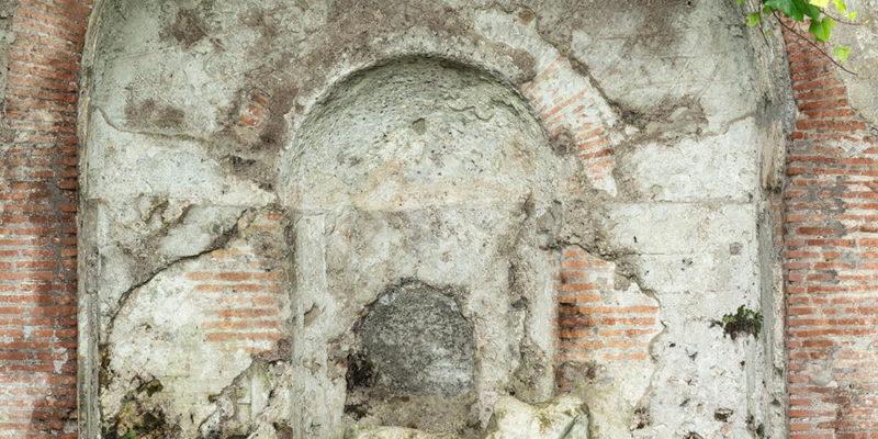 Il Ninfeo di Egeria nel Parco della Caffarella: dettaglio della nicchia di fondo.
