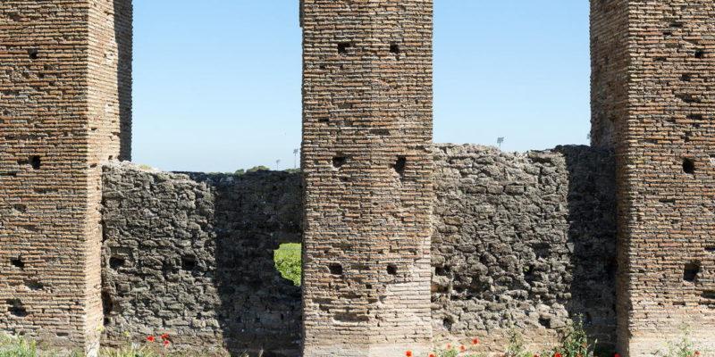L'Acquedotto dei Quintili. Dettaglio degli archi di sostegno.