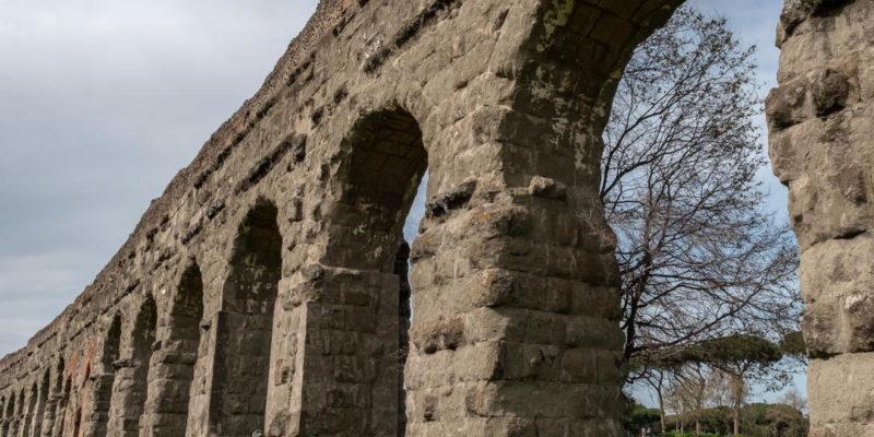Tratto dell'acquedotto Claudio nel Parco degli Acquedotti.