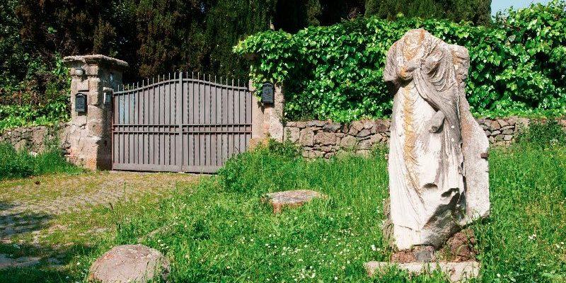 Cancelli di ingresso nei pressi dei monumenti archeologici sulla Via Appia Antica