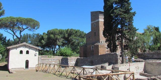 Scavi archeologici di fronte al casale di Santa Maria Nova.