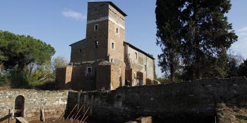 Scavi archeologici in corso di fronte al casale di Santa Maria Nova.