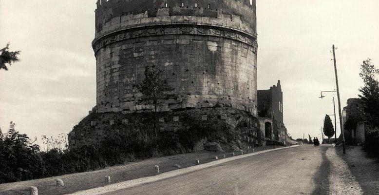 Il Mausoleo di Cecilia Metella in una fotografia storica (foto Alinari, da Archivio PAAA, 1900 ca.)